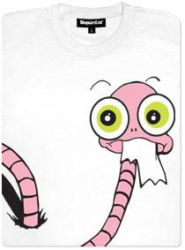Červ se prokousává a prolejzá dírami v tričku