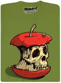 Ohryzek červeného jablka ve tvaru lebky, po kterém leze moucha