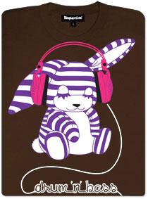 Pruhovaný fialovo-bílý medvídek s velkými růžovými sluchátky poslouchá Drum'n'bass