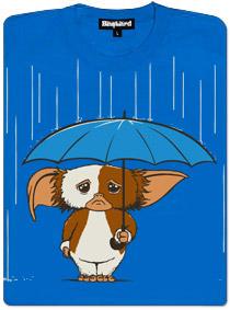 Gizmo z Gremlins stojí pod deštníkem - modré dámské tričko