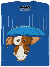 Gizmo z Gremlins stojí na dešti pod deštníkem