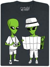 Mimozemťani přiletěli z vesmíru na zem a ztratili se, tak koukají do mapy.