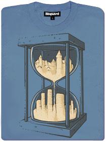 Modré pánské tričko s potiskem přesýpací hodiny a ruiny města
