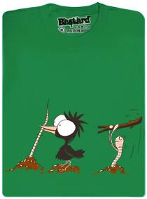 Pták tahá červa ze země a ten ho chce praštit klackem po hlavě