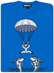 Parašutista skáče padákem rovnou do tlamy dvěma žralokům