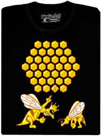 Včela udělala chybu ve tvaru díry v plástvi