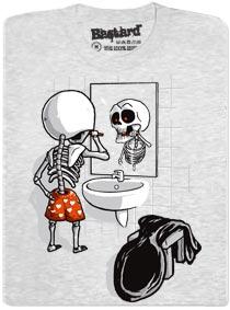 Smrtka - kostlivec - dělá ranní hygienu a čistí si zuby u zrcadla