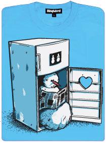Sněhulák s novinami v ruce sedí v ledničce na záchodě