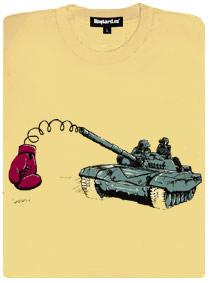 Tank střílí boxerskou rukavici na pružině