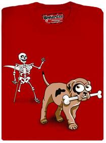 Pes nese v tlamě kost a kostlivec ho honí a opírá se přitom o kosu