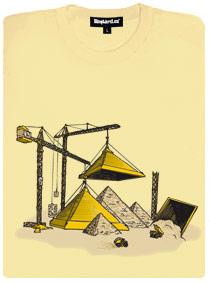 Jeřáby stavějí pyramidy