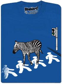 Zebra jde po přechodu po chodcích, kteří jsou na silnici místo pruhů