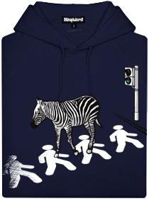 Modrá pánská mikina s potiskem Zebra jde na přechodu po chodcích